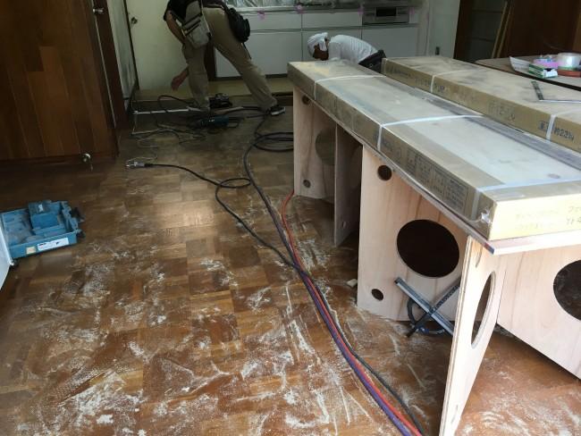 柏市で床の貼り替えとクロスの張り替え工事をしに来ています。