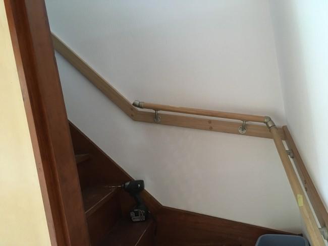 柏市の現場で階段手すりを設置しています。壁紙クロスも張り替えました。